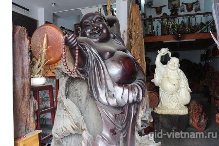 Статуя Будды вырезанная из дерева